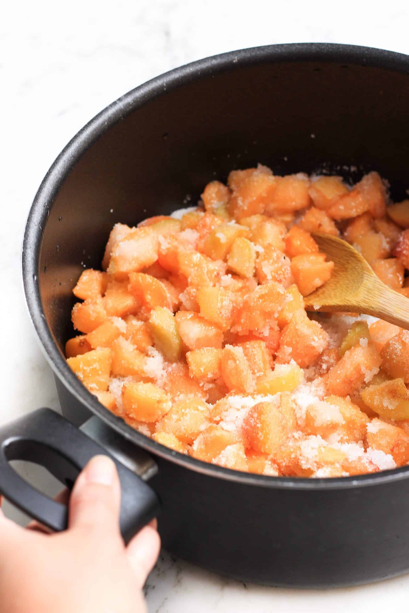 Mixing sugar, cut apricots and lemon juice in a large pot.