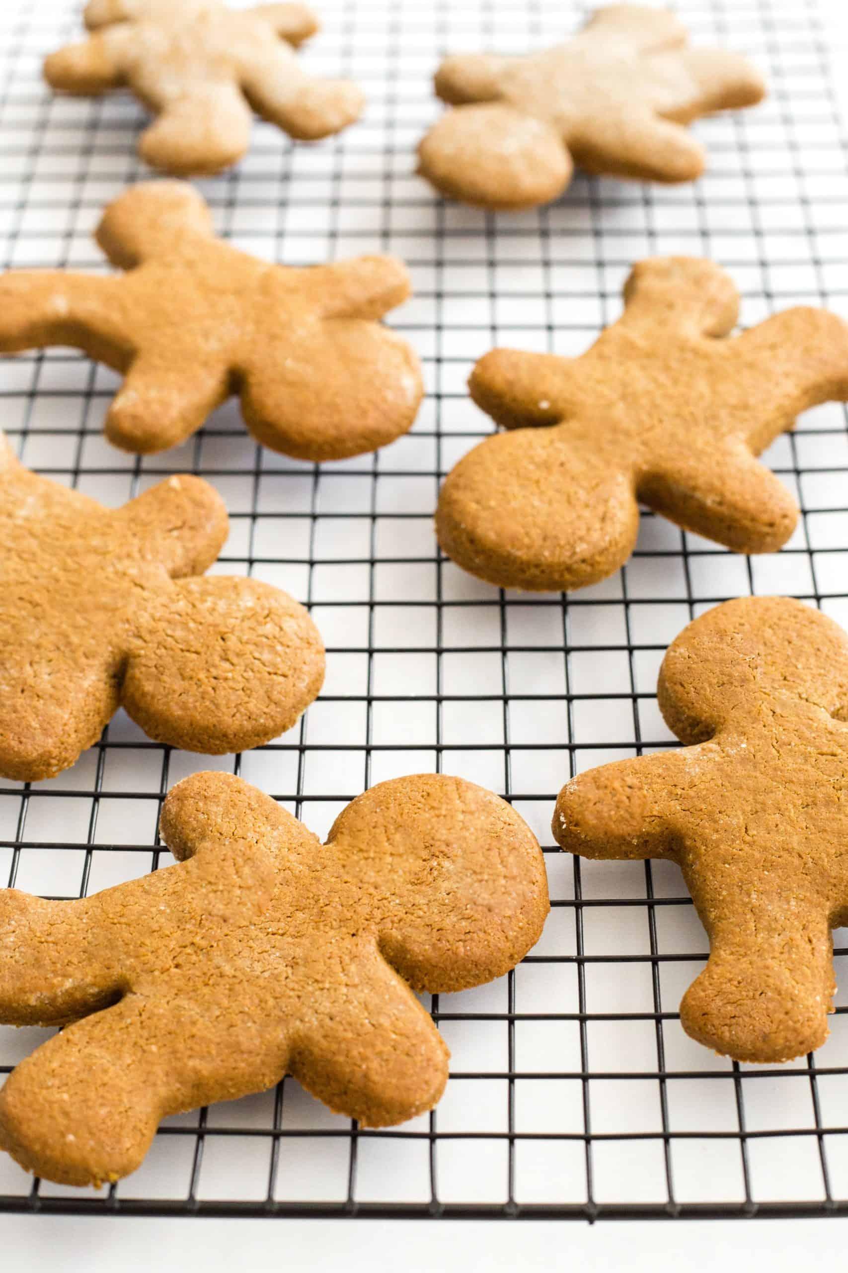Gingerbread men on wire rack.